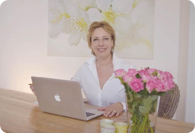 Susanne Moltrecht an ihrem Schreibtisch